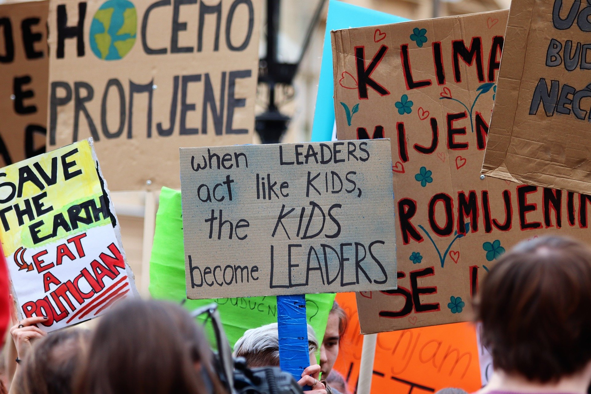 Plakate auf einer Fridays-for-Future-Demonstration